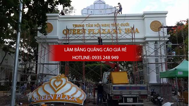Chữ nổi mica được gắn lên bảng quảng cáo của trung tâm tiệc cưới tại quận 1, kết hợp với đèn led trang trí