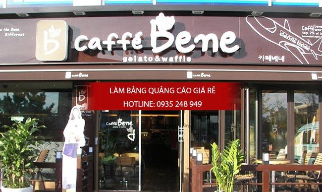 Mặt dựng alu và chữ mica trắng nổi cũng được cafe bane lựa chọn để trang trí cho mặt chính của mình