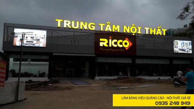 Làm bảng hiệu quảng cáo nội thất với chữ nổi mica gắn lam tôn cùng mặt dựng alu cho showroom RICCO