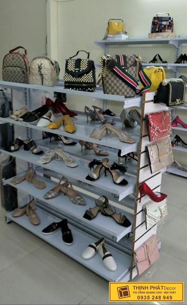 thi công kệ trưng bày shop giày quận 3
