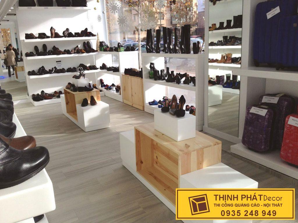 tủ kệ trưng bày của hàng giày dép q1